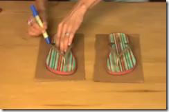 Вырезаем основу для тапочек из джинсов