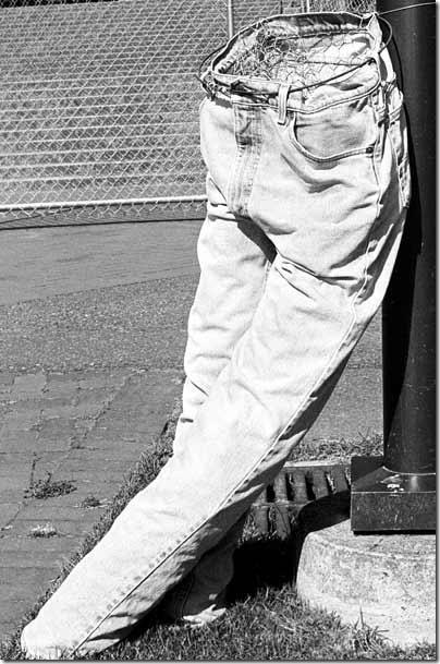 Скульптура скучающие джинсы