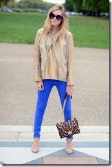 яркие синие джинсы