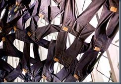 скульптурная композиция из джинсов Левис