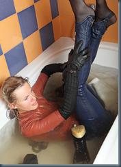 В джинсах в ванной