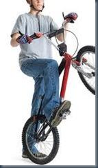 в джинсах на велосипеде