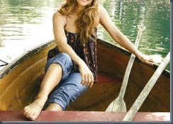 в джинсах на лодке