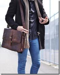 мужчина в джинсах с сумкой