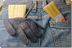 рабочий в джинсах