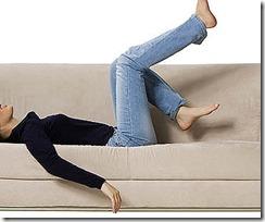 девушка в джинсах на диване