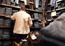 покупает джинсы