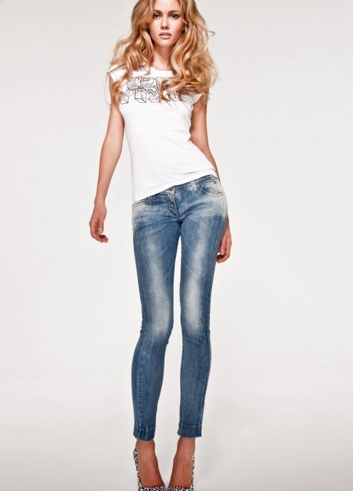 джинсы и футболка