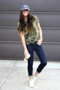 джинсы, футболка, бейсболка