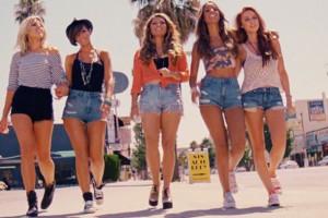 джинсовые шорты на пляже